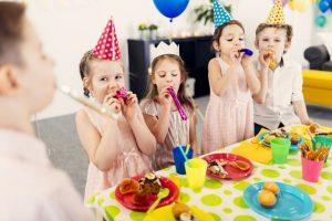 børn der spiser til en børnefødselsdag