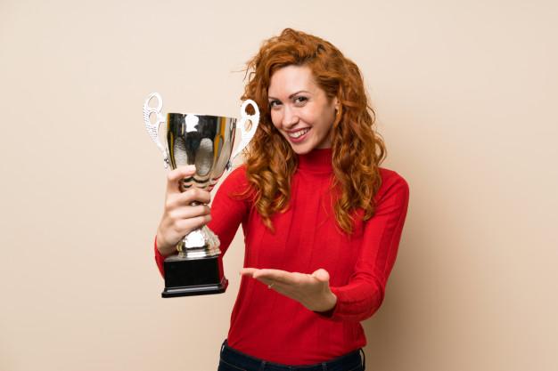 kvinde der har vundet en pokal