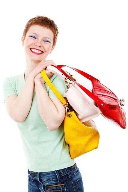 Kvinde med logo muleposer
