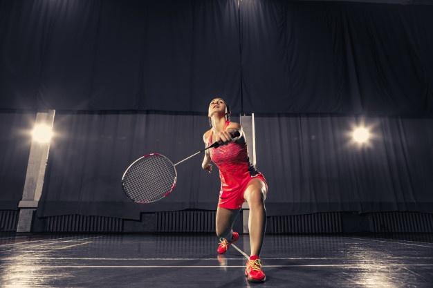 kvinde spiller badminton
