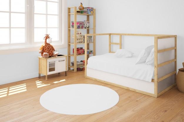 børneværelse med seng og legetøj